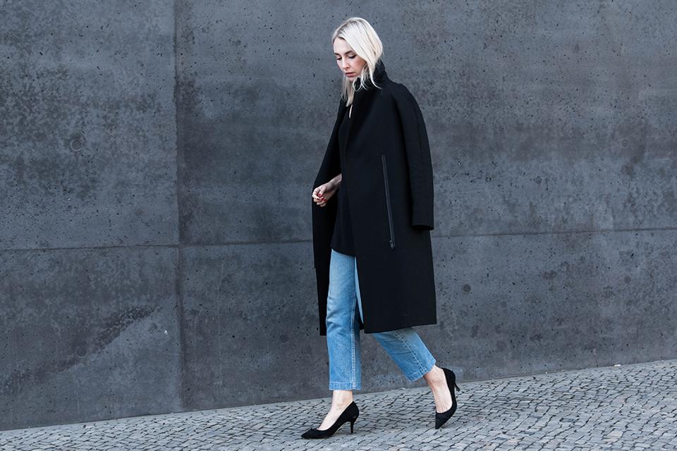 noa-noir-fashion-outfit-minimal-streetstyle-inspiration-all-black-levis-501-scandivian-style-marble-neckscarf-choker-2.png