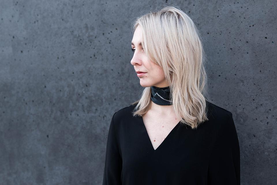 noa-noir-fashion-outfit-minimal-streetstyle-inspiration-all-black-levis-501-scandivian-style-marble-neckscarf-choker-3.png