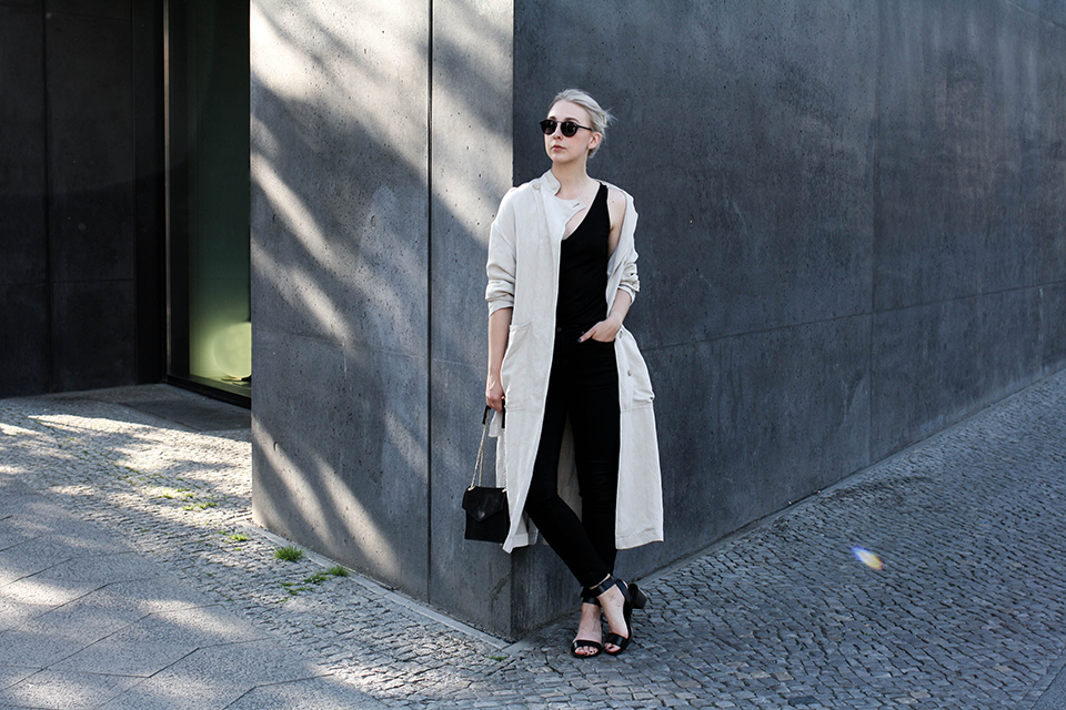 noa-noir-fashion-outfit-monochrome-minimal-spring-outfit-closed-archive-collection-trenchcoat-1.png