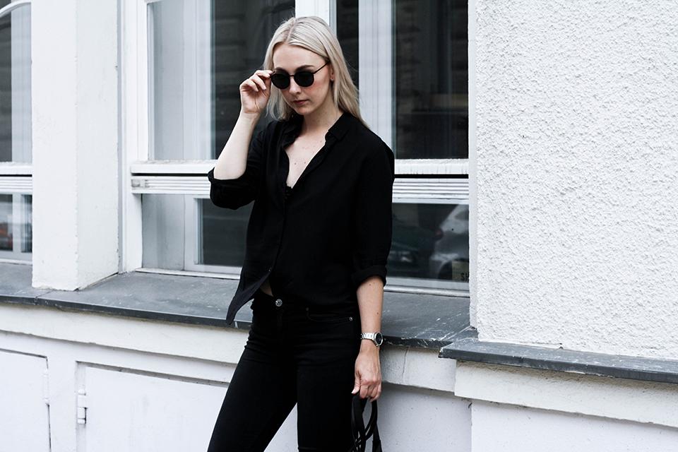 noa-noir-fashion-outfit-minimal-monochrome-all-black-spring-streetstyle-2.png