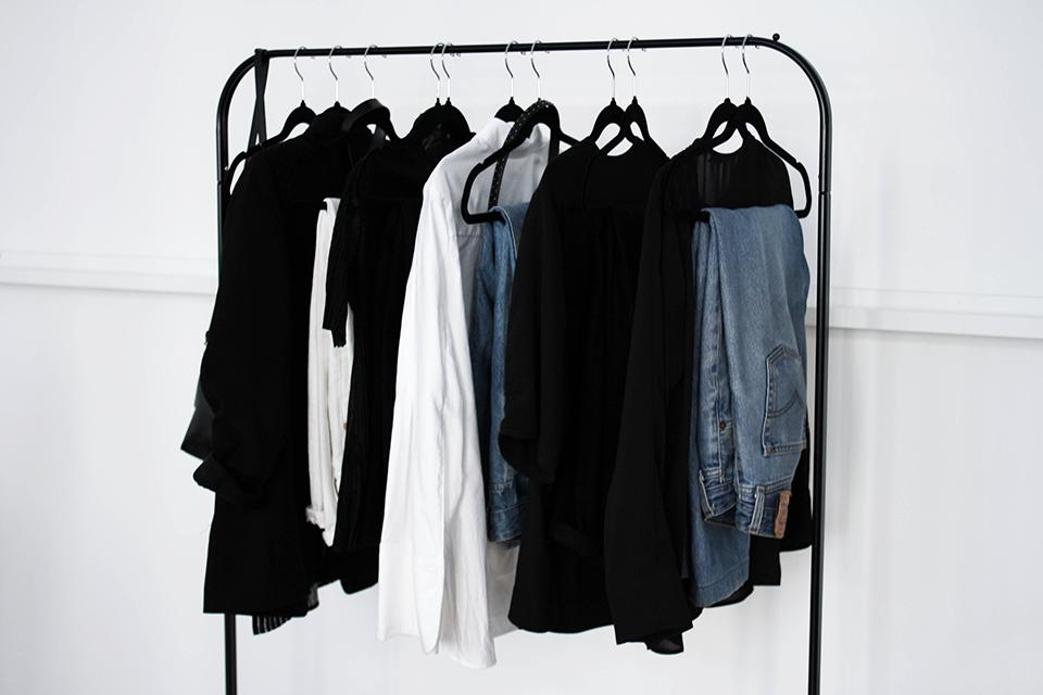 noa-noir-fashion-outfit-minimal-wardrobe-style-inspiration-monochromatic-looks-berlin-fashion-week-minimalist-streetstyle-1.png
