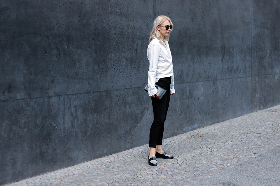 noa-noir-fashion-outfit-monochromatic-minimal-streetstyle-inspiration-oversized-sleeves-loafers-4.png