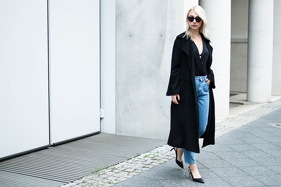 noa-noir-fashion-outfit-high-waisted-denim-minimal-fall-streetstyle-inspiration-silk-body-1.png