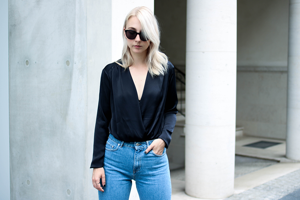 noa-noir-fashion-outfit-high-waisted-denim-minimal-fall-streetstyle-inspiration-silk-body-2.png