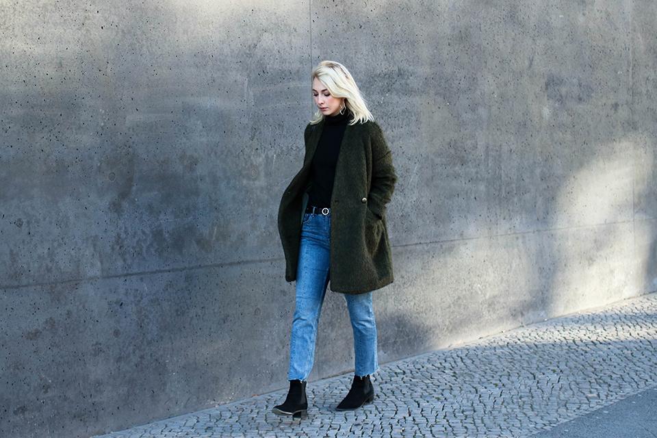 noa-noir-fashion-outfit-minimalist-streetstyle-inspiration-arv-design-green-alpaca-coat-fringed-denim-ankle-boots-1.png