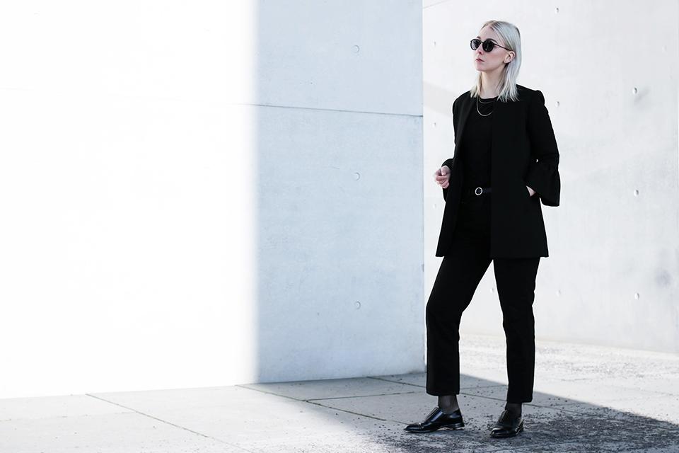 noa-noir-fashion-outfit-all-black-monochrome-minimal-inspiration-architecture-photography-2-5.png