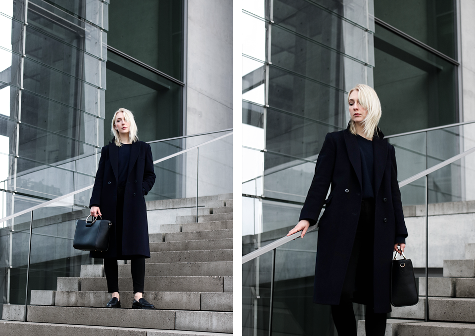 noa-noir-fashion-outfit-monochromatic-navy-black-look-with-loafers-metall-ring-purse-2.png