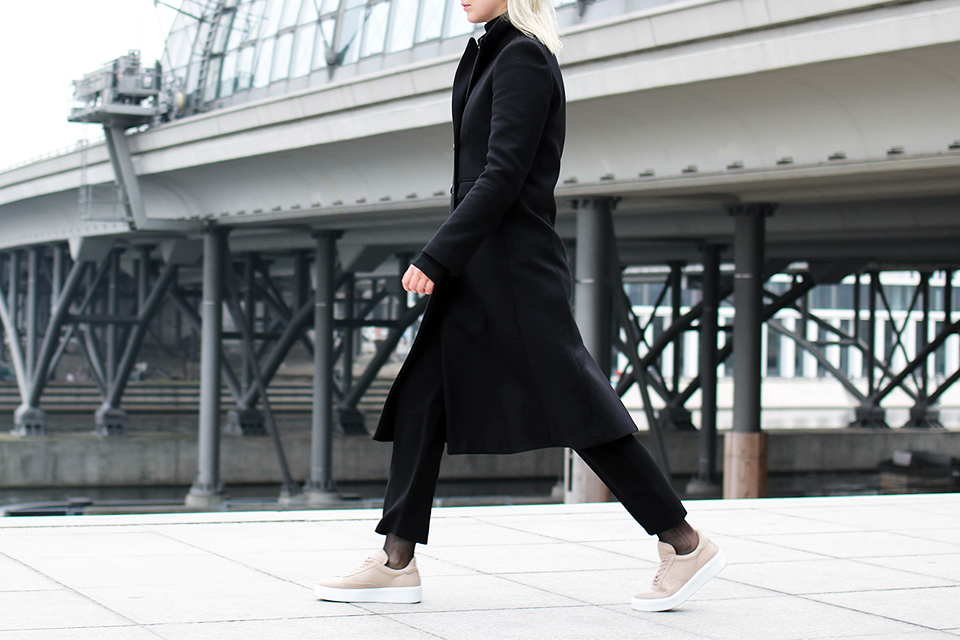 noa-noir-fashion-outfit-all-black-monochrome-winter-inspiration-jc14-nude-leather-sneakers-3.png
