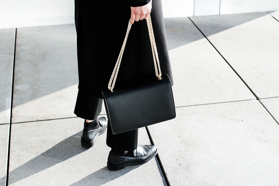 noa-noir-fashion-outfit-all-black-monochrome-minimal-inspiration-chain-bag-silver-blonde-2.png