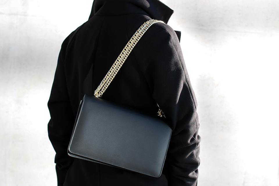 noa-noir-fashion-outfit-all-black-monochrome-minimal-inspiration-chain-bag-silver-blonde-4-1.png