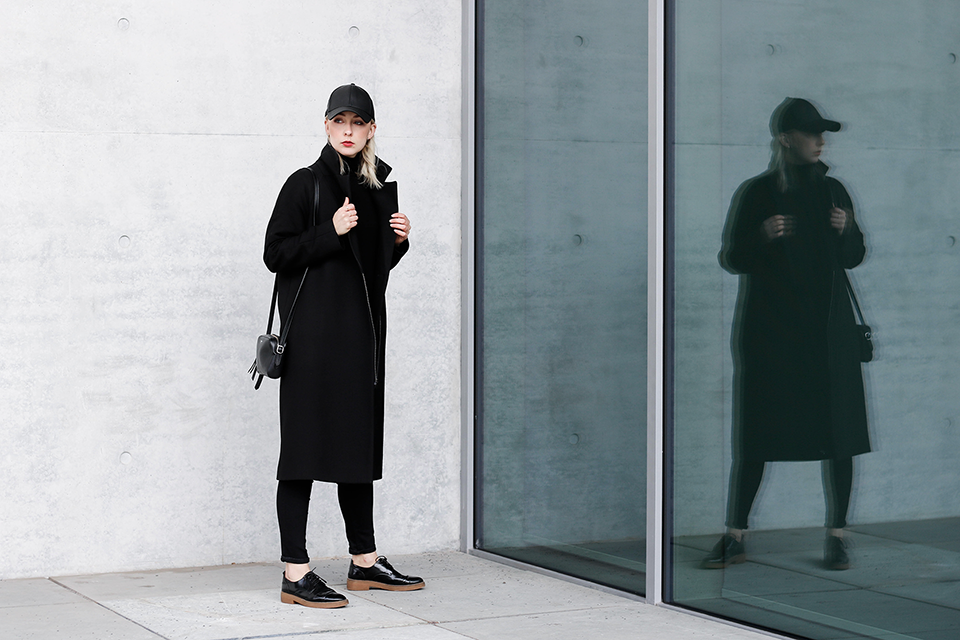 noa-noir-fashion-outfit-all-black-minimal-transition-streetstyle-stutterheim-black-cap-1.png