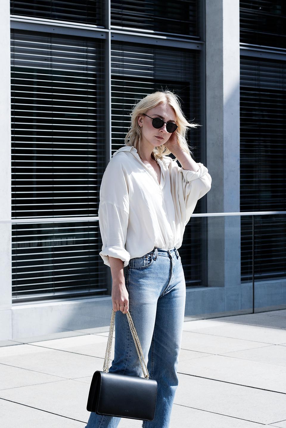 noa-noir-fashion-outfit-avelon-silk-oversized-top-levis-501-vintage-jeans-mules-3-1.png