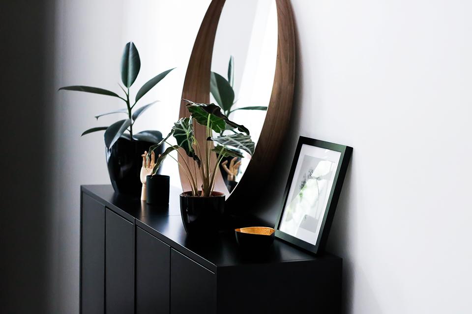 noa-noir-art-interior-minimal-home-inspiration-black-and-white-living-1.png