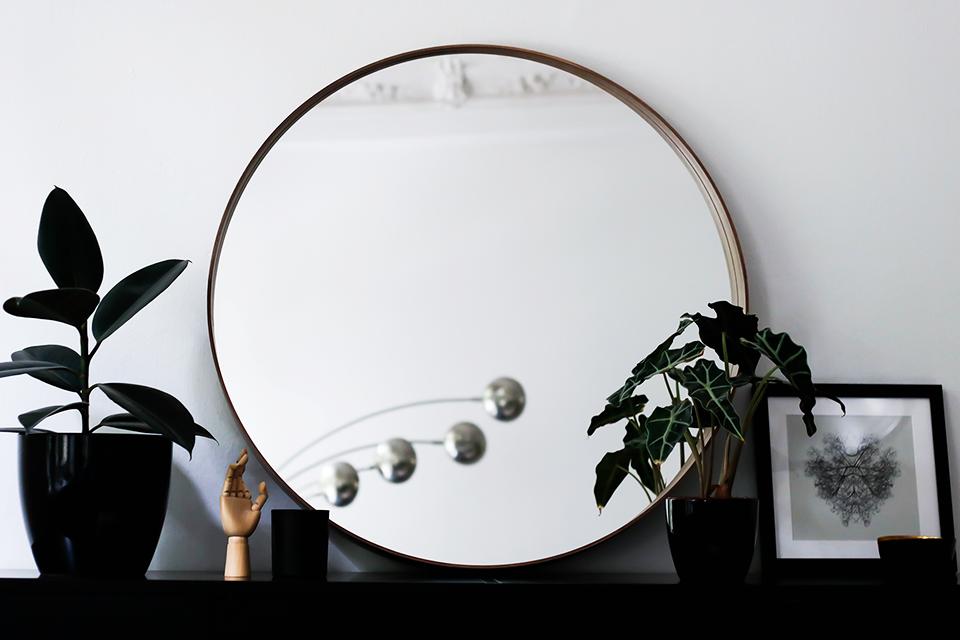 noa-noir-art-interior-minimal-home-inspiration-black-and-white-living-3.png