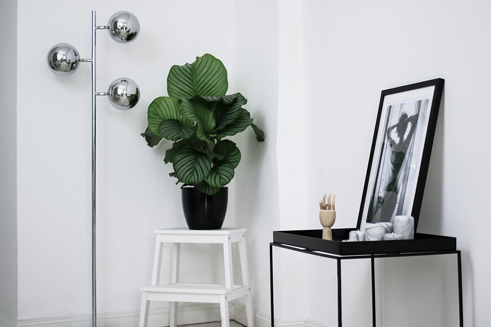 noa-noir-art-interior-hay-tray-side-table-minimal-interior-inspiration-berlin-all-white-apartment-1.png
