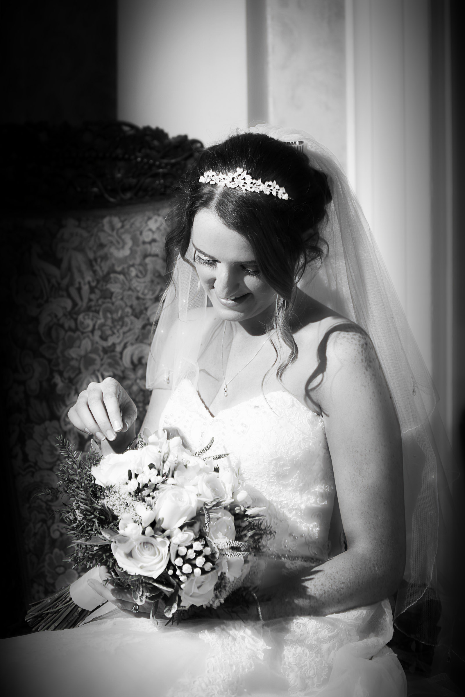 Natural_bride_with_bouquet.jpg