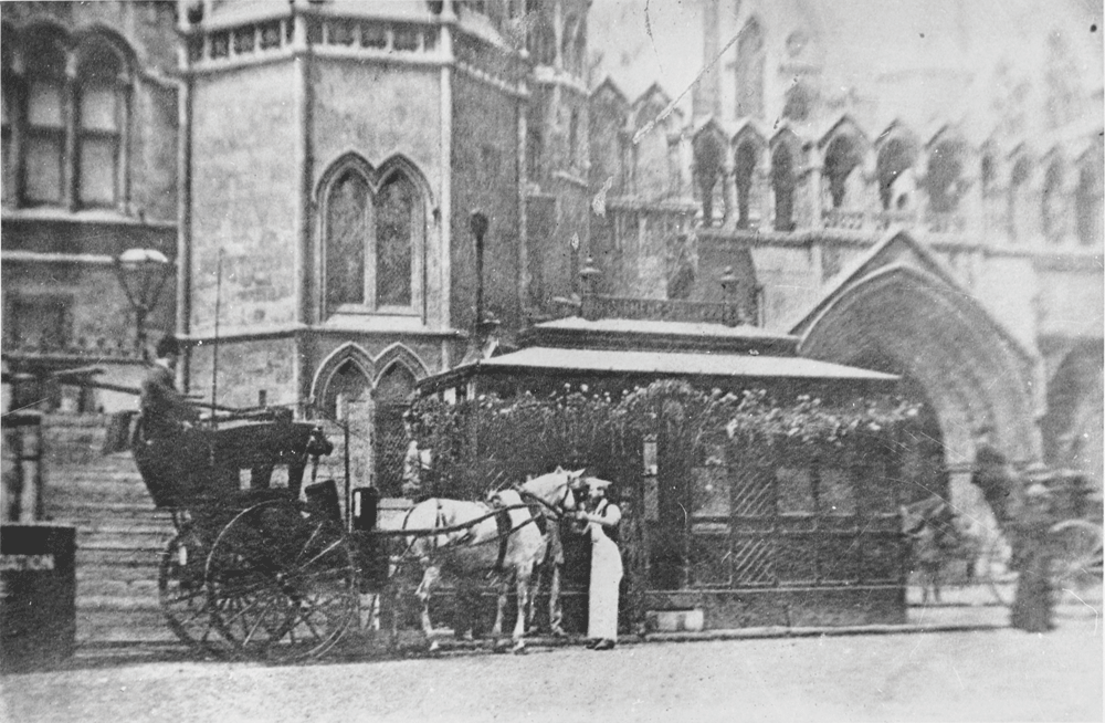 Cabmen's shelter outside the Law Courts, Strand, 1900 © City of London