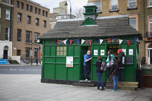 Cabbie-Shelters-in-and-out-Russell-Sq-Feb-24-2014-tourists.png