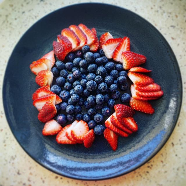 Berries are so bloody good for you. Full of antioxidants meaning minerals and compounds that bind to and fight the bad stuff hanging out in our bodies. Get these beauties into on the daily #365 #berriesarebest #nutrition #nutritionist #brunch #breakfast #heaing #ebv #fibromyalgia #pain #painfree #mm