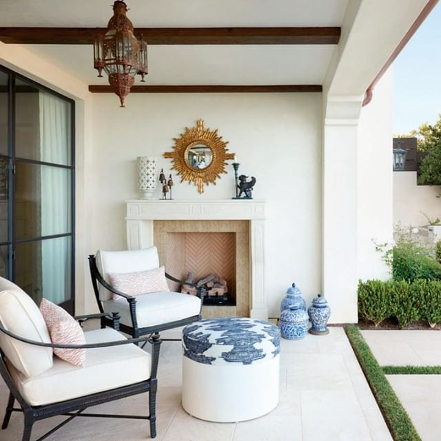 A chic and timeless outdoor loggia designed by @lisamcdennon. Photo: Caren Alpert. #DHDesignImage #BeDering⁣