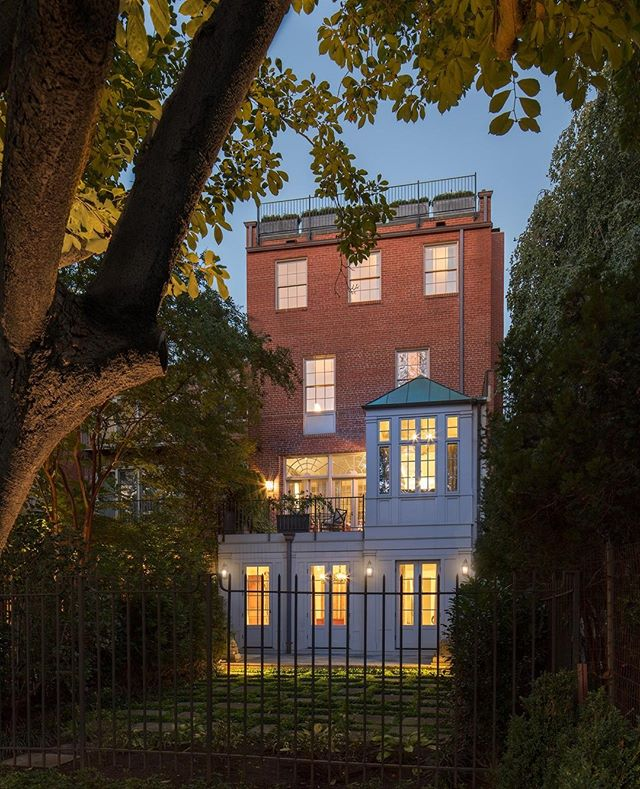Architectural elegance at dusk. A rear addition to a D.C. rowhouse includes a family room terrace and peaked breakfast room. Architecture by @barnesvanze. Photo: Anice Hoachlander. #DHDesignImage #BeDering⁣