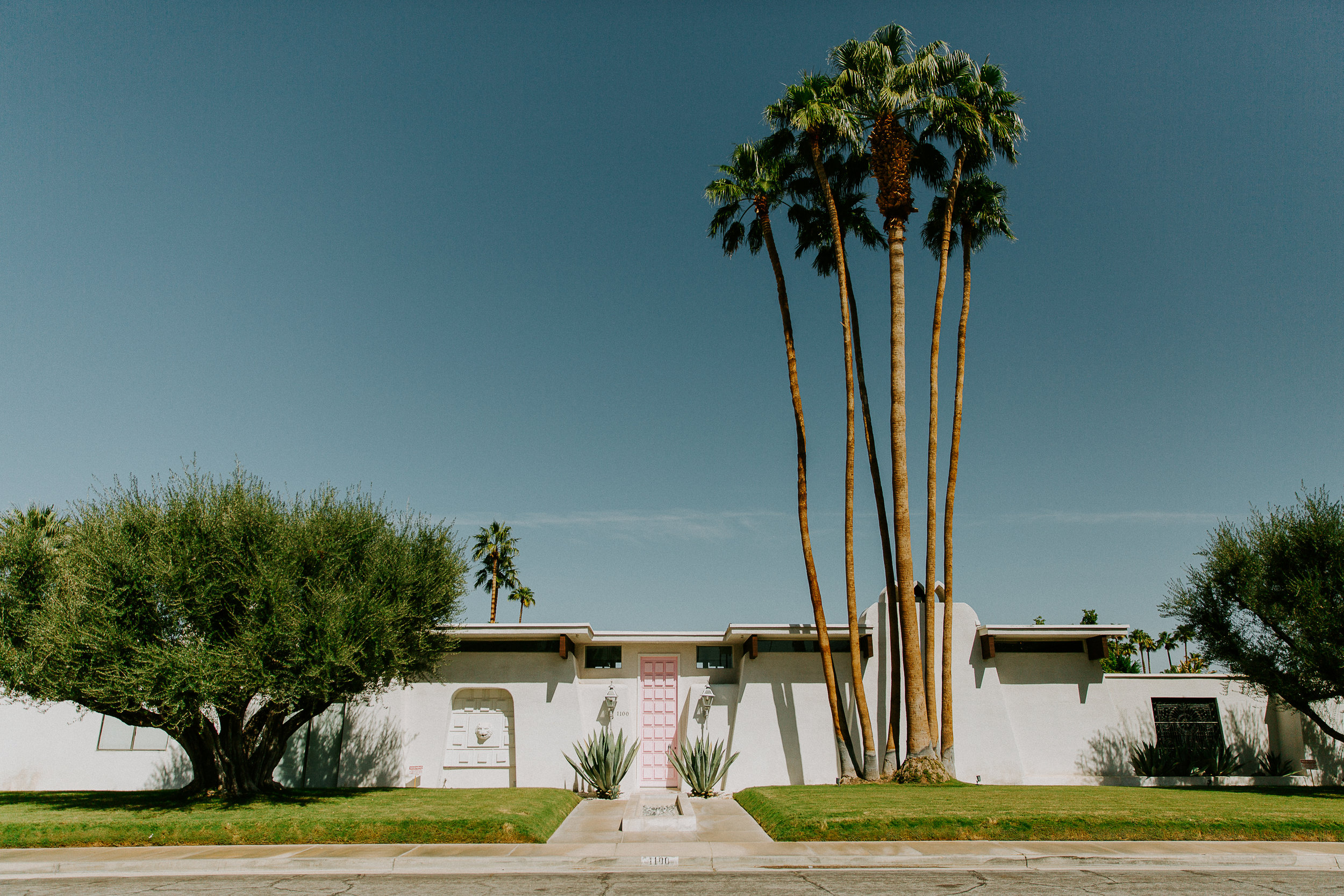 Lover of all things mid-century modern, I just can't get enough of the amazing properties and neighborhoods in Palm Springs