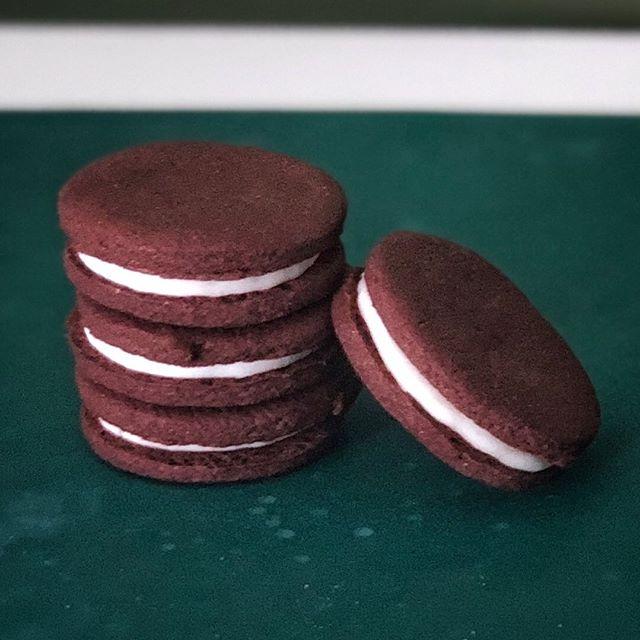 birdeos! ⚡️ GLUTEN FREE & VEGAN (oreo-style sandwich cookies) 🌈 tonight at @clevelandflea x @thevanakendistrict
