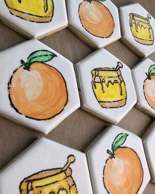 still doing things the hard way always 🤷🏻‍♀️ these are anniversary cookies for one of my best grad school friends & she requested the 🍯 & 🍊 emoji so obvi i spent 90 min individually hand-painting them right?! ➡️ SWIPE FOR MORE!