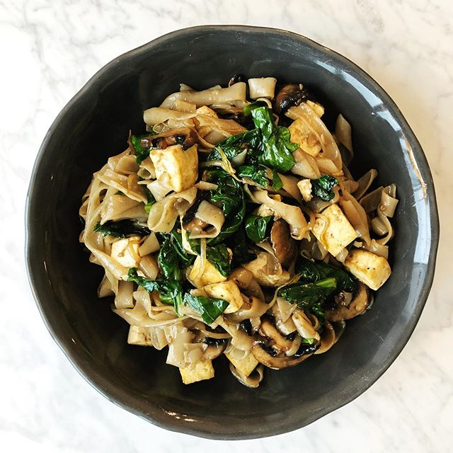 🍜 When you're craving Chinese take out but really want to make your own version: you make up a vegan chow fun 🙋🏻‍♀️Anyone else go a little weak in the knees over wide rice noodles?? 💻 Link in bio for what you need & how to make this easy dish! . . . . . . . #almondsandasana #victoriacohen #chinesetakeout #fakeout #healthychinesefood #veganchinesefood #chowfun #ricenoodles #stirfry #chinesebroccoli #meatlessmonday #plantbased #plantbaseddinner #easydinner #healthydinner #dinnerideas #easyrecipes #thefeedfeed #thefeedfeedvegan #veganfoodpic #noodles #hmartin