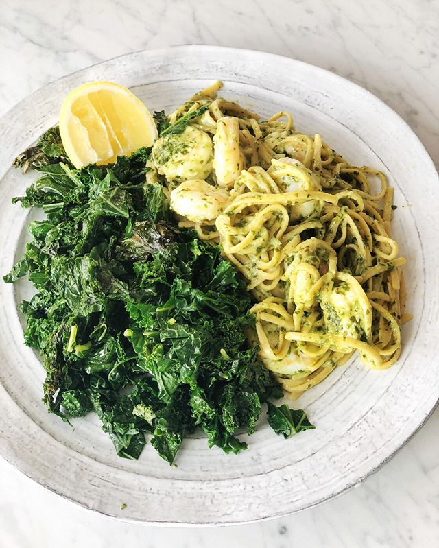 👩🏻‍🍳 This dinner took me about 15 minutes to make...the longest part was cooking the pasta: 1️⃣ HIT SAVE on this post for an easy weeknight go-to dinner to add to your repertoire 2️⃣ Saute kale over high heat with a drizzle of olive oil, salt & pepper. Takes about 5 minutes. I did this ahead of time and just reheated.  3️⃣ Bring pasta water to a boil and drop in a bunch of protein packed @eatbanza linguini which takes about 10 min to cook 4️⃣ While the past is cooking saute your shrimp (ideally marinate them in lemon juice, olive oil, salt & pep beforehand) over high heat. Just a couple min on each side until punk/crisping up. 5️⃣ When the pasta is al dente remove it with tongs and toss it in with the shrimp. Add @gothamgreens vegan pesto and give it a toss. 6️⃣ Serve it all up with a big squeeze of 🍋 . . . . . #almondsandasana #victoriacohen #pasta #shrimp #kale #pesto #gothamgreens #eatbanza #plantbased #green #greenfood #theeverygirl #theeverygirlathome #theeverygirlcooks #theeverygirleats #dinnerideas #easydinner #dinnerinspo #healthydinner #shrimppasta #15minutemeals #proteinpasta #plantprotein #lemon