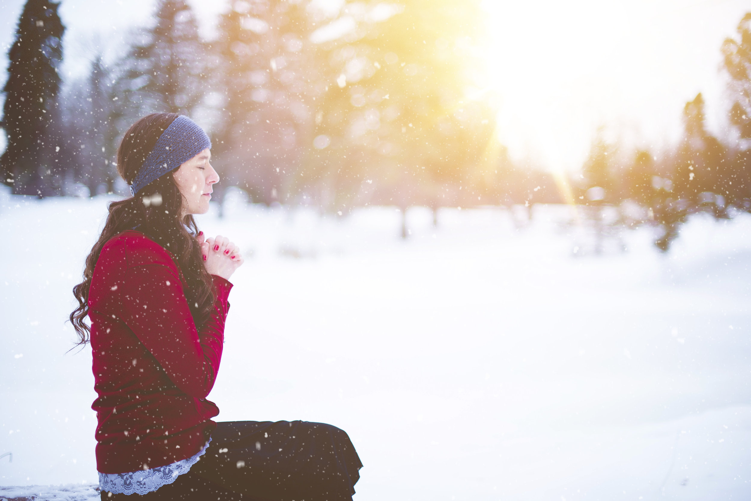 woman-praying-snow