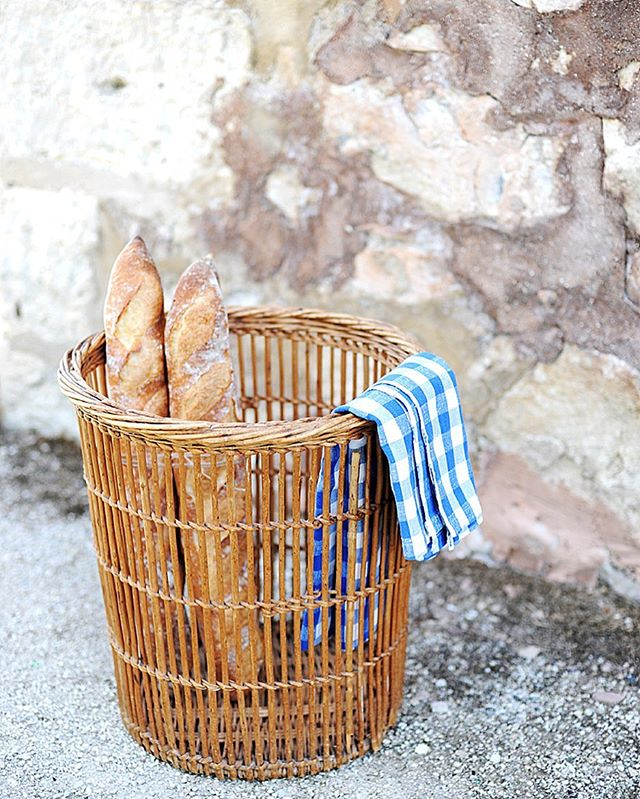French boulangerie baguette basket in the shoppe now! I couldn't believe I even found one of these here! 🤗 Everything in the shoppe is 30% off until tonight with the code SUMMER30 when you checkout! More things being listed tomorrow - copper jam pot, harvest basket, ironstone, cooper butter warmer, French cutting board, & more! Now we're heading to #washingtonisland to the @fragrantisle_lavenderfarm in #doorcounty WI! ☺️