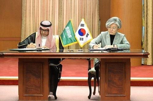 السعودية توقع مذكرة تفاهم مع كوريا الجنوبية لتبسيط التأشيرات وفى حال دخول الاتفاقية فى حيز التنفيذ، يمكن لمواطنى البلدين الحصول على  تأشيرة الدخول المزدوجة لغرض العمل أو السياحة والتى تسمح بالإقامة لمدة 90 يوما فى كل زيارة كحد أقصى مع استمرار صلاحية التأشيرة لمدة 5 أعوام برسم 90$ . . . #كوريا #كوريا_السعودية #تجارة #شحن #اللوجستيه #منتجات_كورية #تجارة_كورية #صحارى_أفينو #Sahara_Avenue #تجارة #trade #شحن #shipping #لوجستية #logistics #بزنس #business #كوريا #korea #منتجات_كورية #korean_products #متجر_إلكتروني  #online_shopping  #متجر_كوري  #korean_store