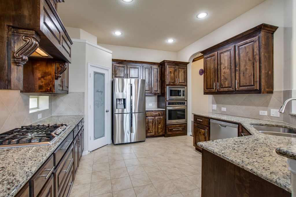 Great kitchen space (Fridge Stays) w SS appliances, Gas Cooktop, Glass Door Pantry.