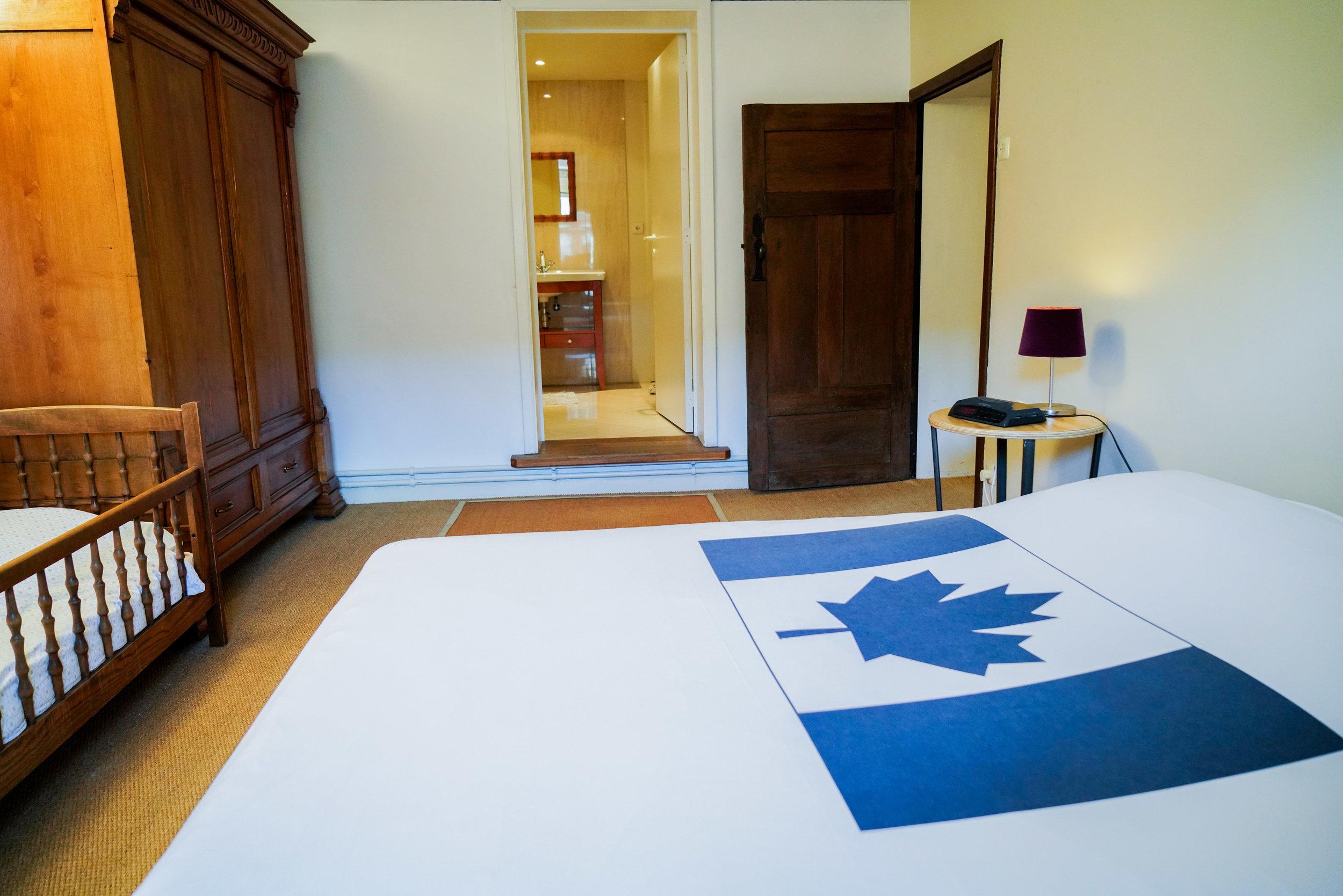 Chambre 1 - Avec un lit double, équipement pour bébé et salle de bain
