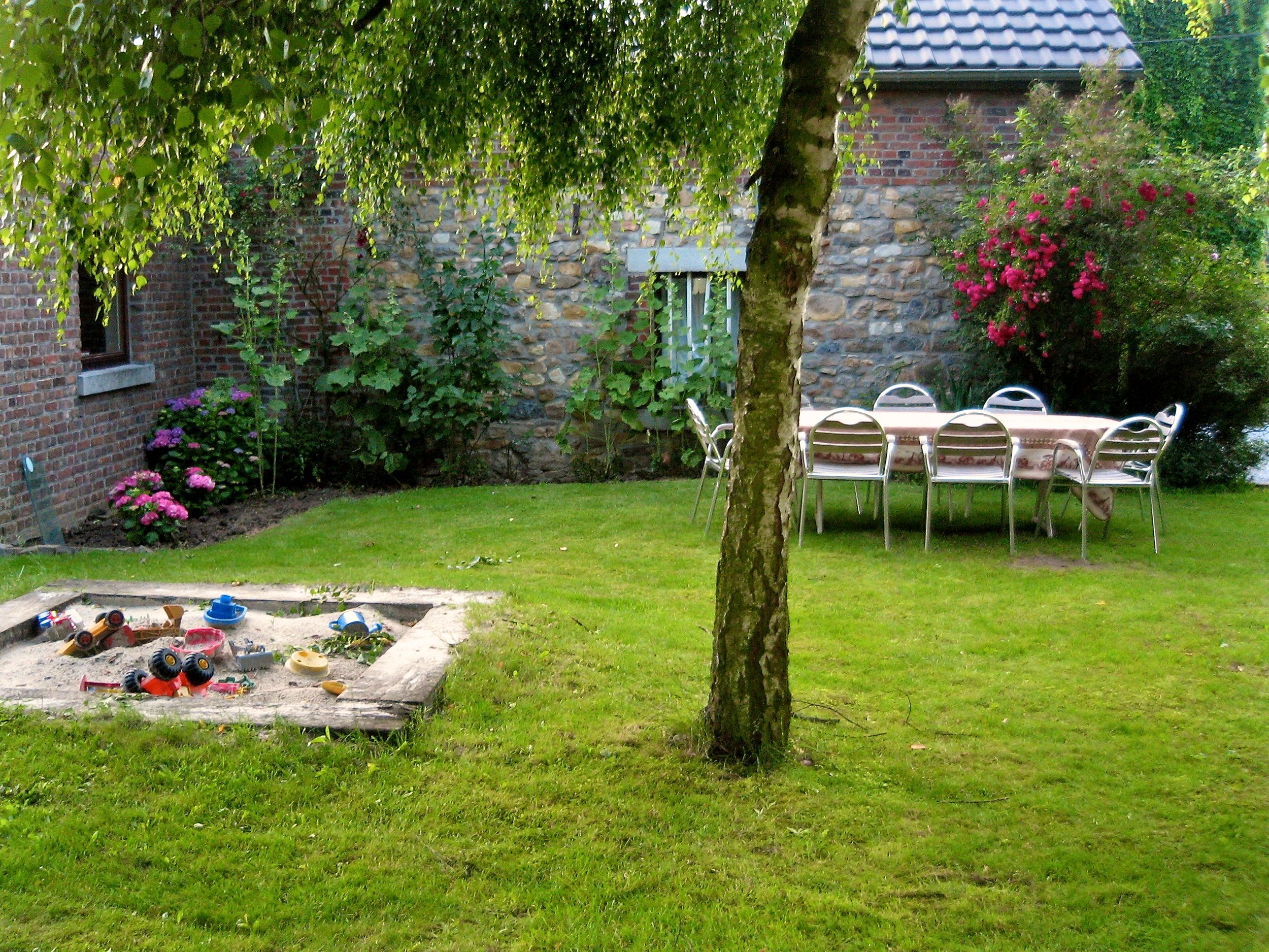 Jardin - Aménagé uniquement pour les locataires, muni d'un bac à sable et d'un barbecue.