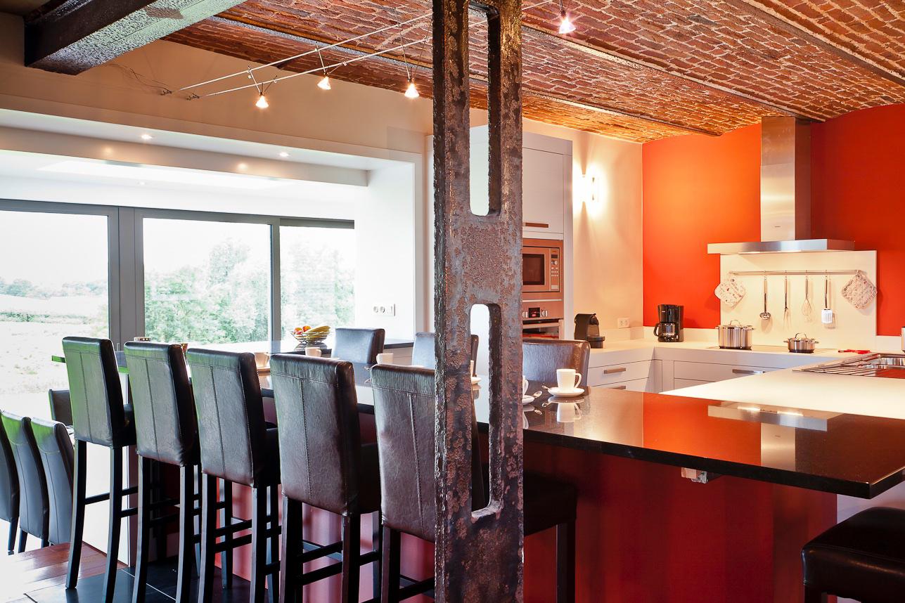 Keuken - De praktische en super uitgeruste keuken bevindt zich in het hart van het huis,wat nog bijdraagt tot de warme uitstraling van deze hoeve.