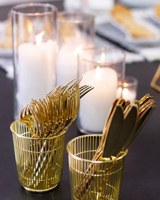 Here's another example from the planning kween herself @kelseywilliamsweddings of how the plasticware (yes, that's plastic!) DOESN'T have to kill the mood of your party/workshop/event! I love photographing all the details and taking decor notes as I go😉 • You can check out some more tips I've picked up along the way in my blog post (linked in bio) if you're thinking about planning an event and want to make sure you have all your ground covered💙🥳 • For all you hostesses, what's your best next-level tip that you wouldn't have thought of when starting out?✨