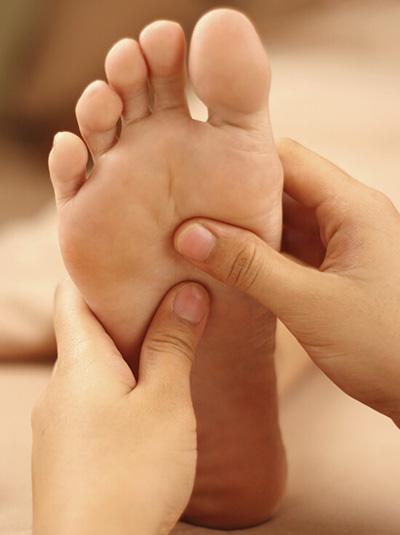 Pratique de la réfléxologie plantaire par des appuis sur chaque zone du pied.