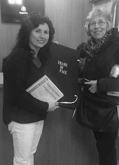 """Nadia Baiesi consegna l'opera """"Trame di Pace"""" al Direttore del Museo della Pace di Guernika"""