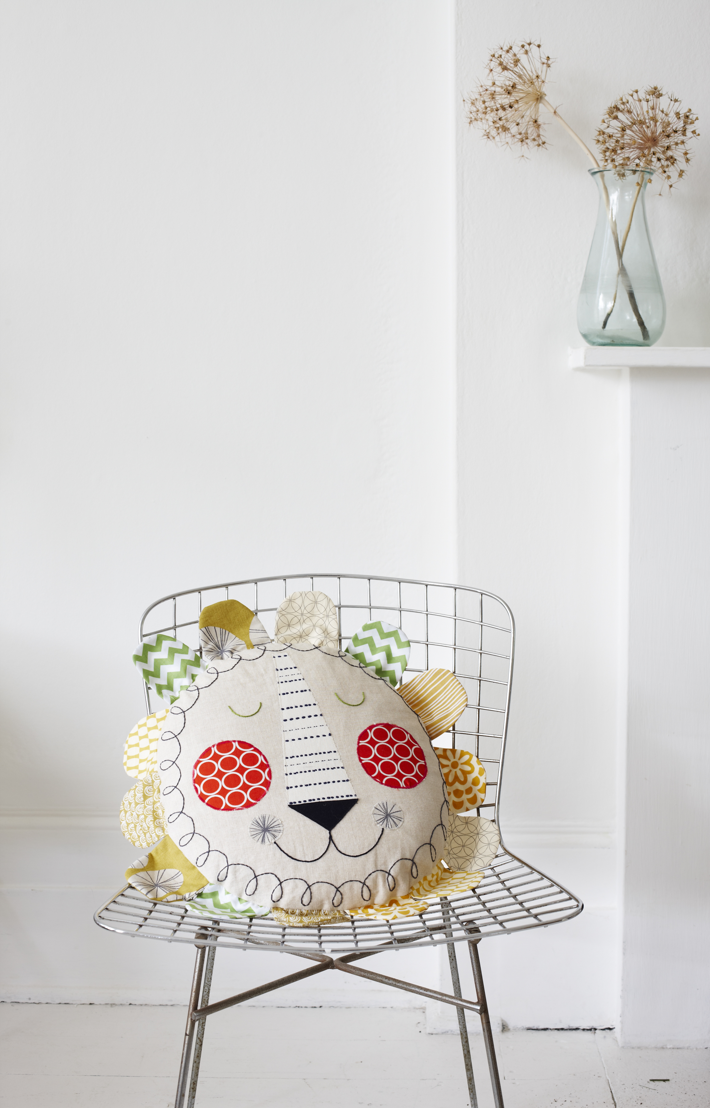 CB836_LION_CUSHION_.jpg