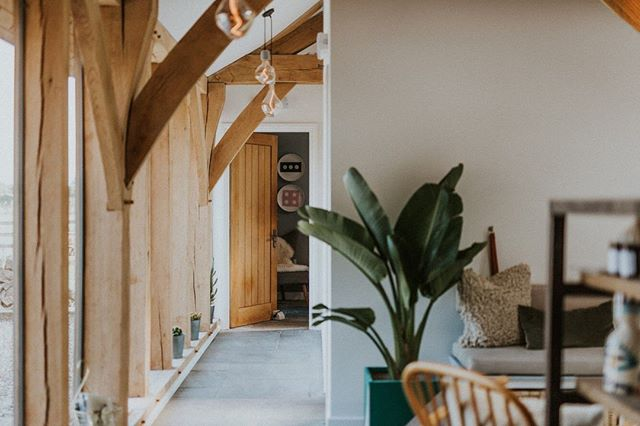 Anyone else dreaming of a Friday hideaway? If you haven't been before, here's a sneak peak into the gorgeous space of @thebarnsomerset complete with some fine 🌿...we love a dose of green! Interiors & styling by @le_petit_singe @le_petit_singe1  #yondercollective #creativenetworking #fridayfeeling