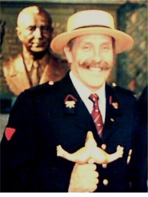 """1993: Nico Huybrechts   Antwerps brandweerman werd door het bestuur van onze club geselecteerd uit een twaalftal snordragende spuitgasten.  Met deze """"Snor van het Jaar"""" werd het voltallige brandweerkorps van Antwerpen eens in de bloemetjes gezet."""