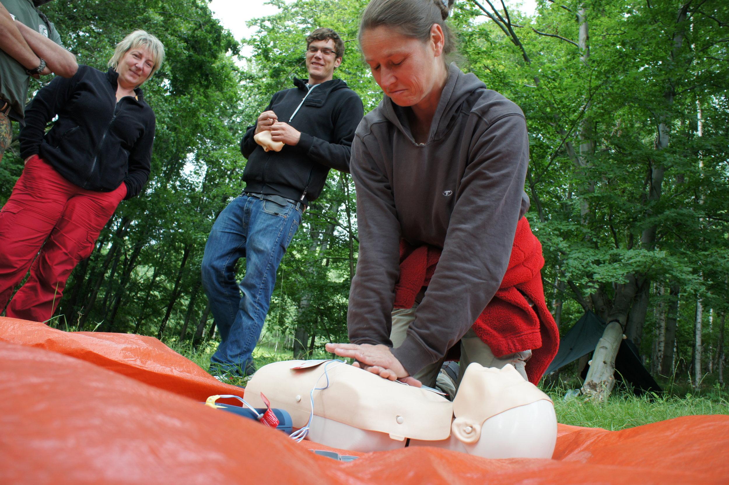 Üben der Herz Lungen Wiederbelebung beim Erste Hilfe Outdoor Kurs