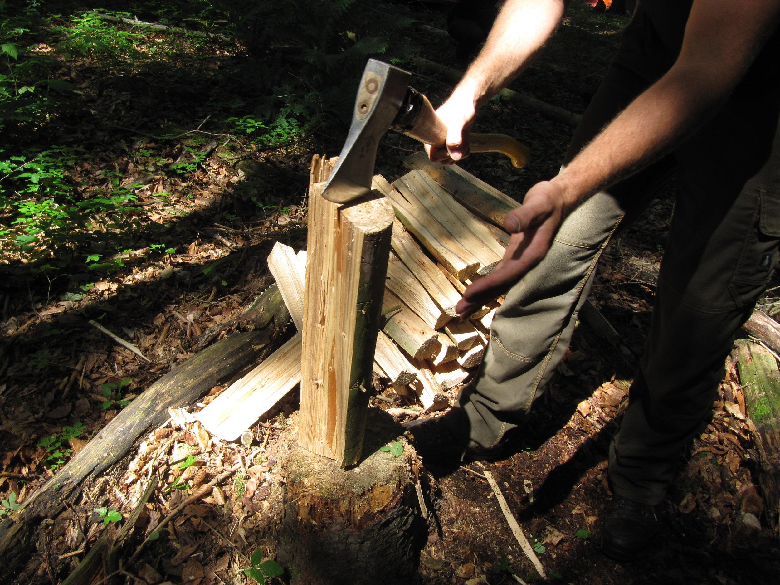 Holz spalten beim Bushcraft