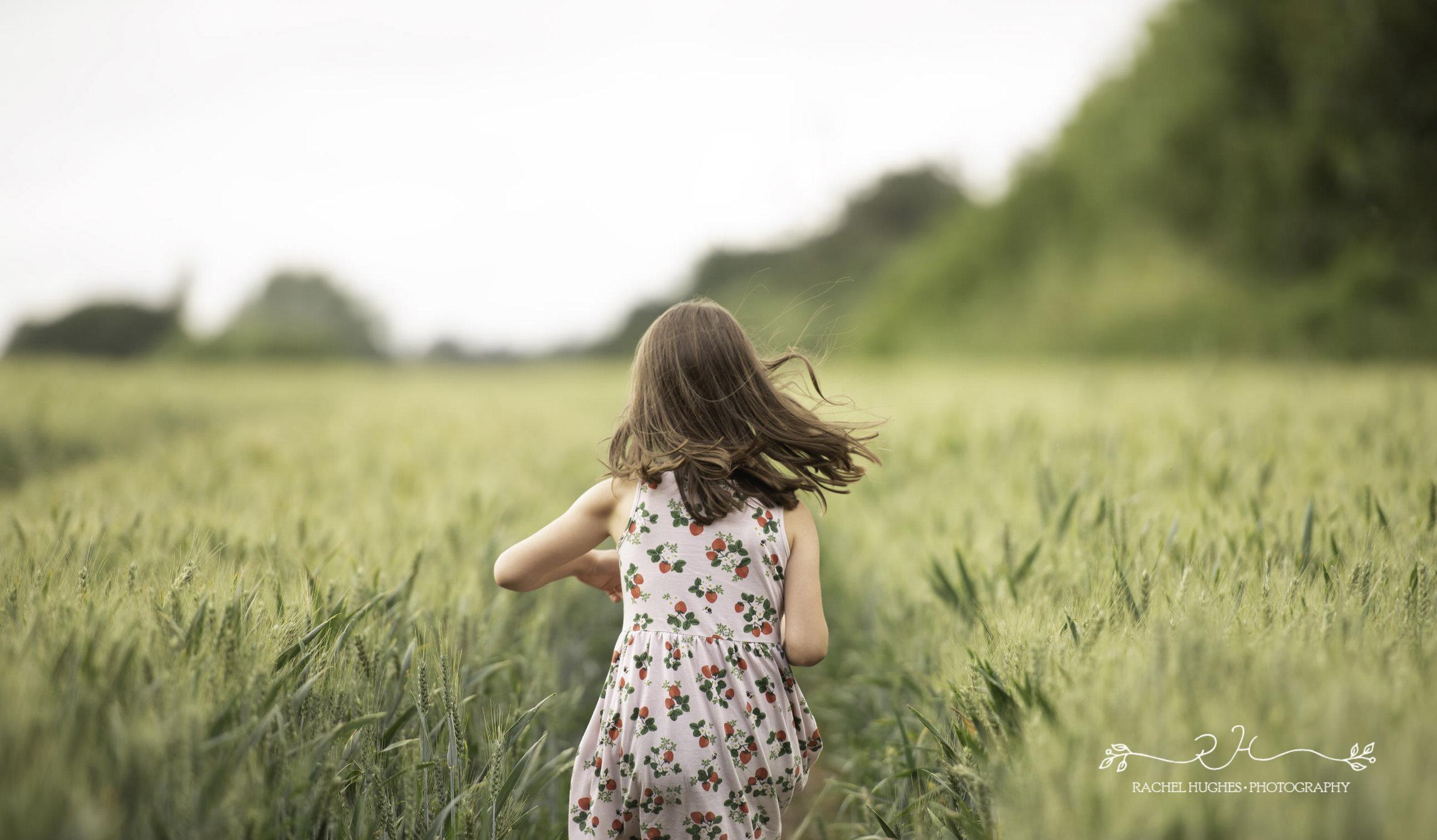 Jersey photographer: girl running in cornfield