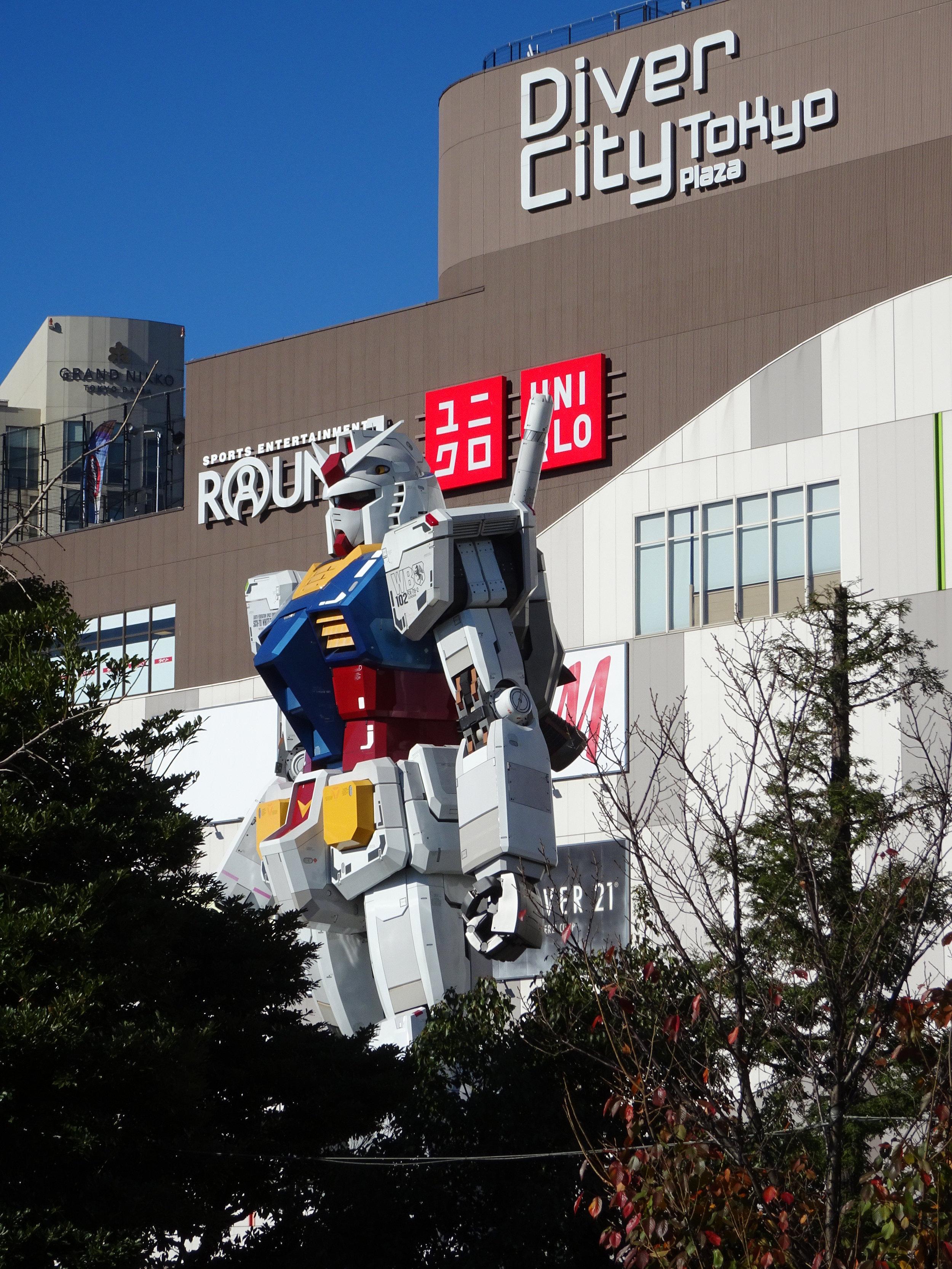 RX-78-2 Gundam 1-1 Statue - 001.jpg