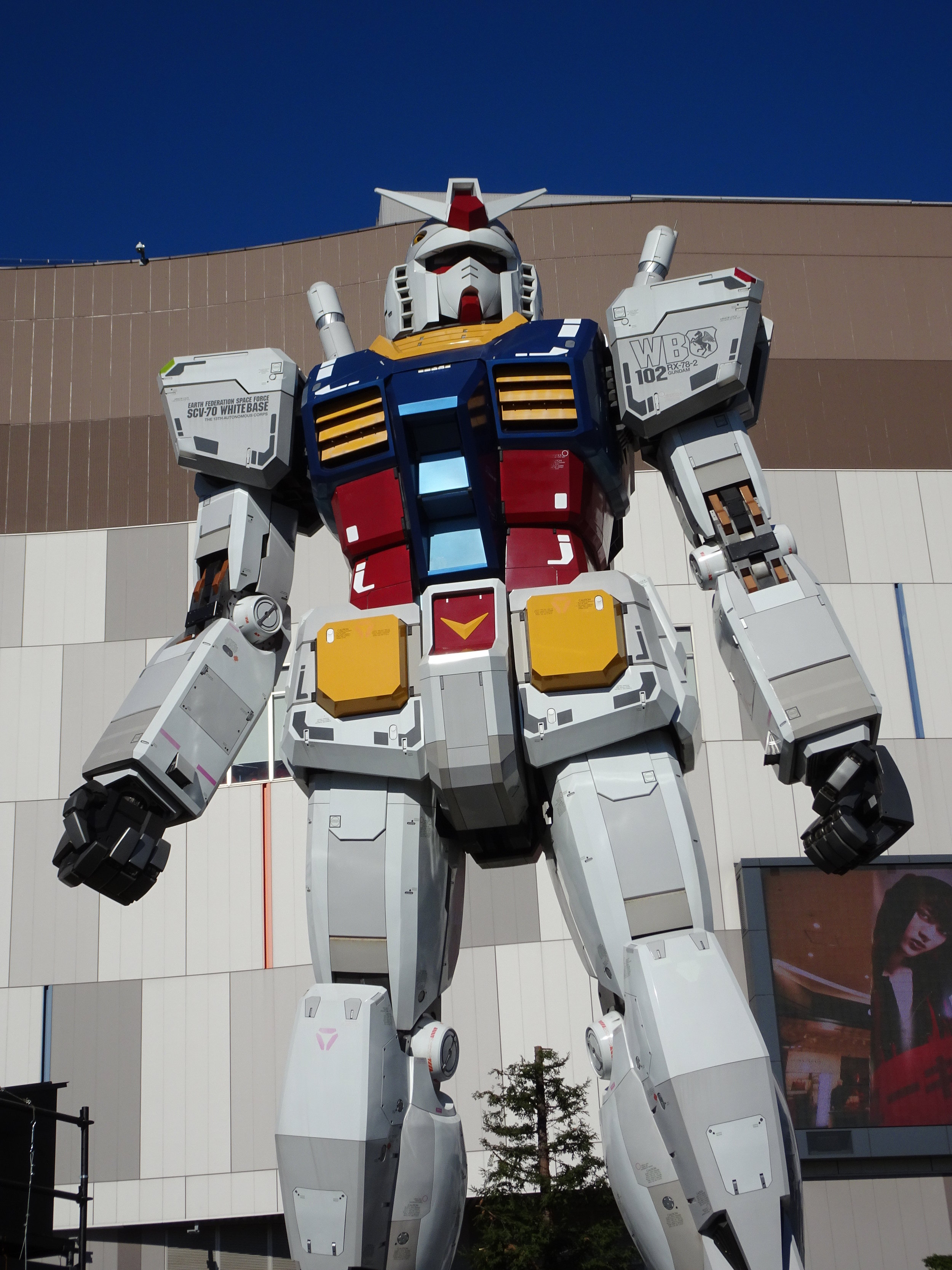 RX-78-2 Gundam 1-1 Statue - 016.jpg