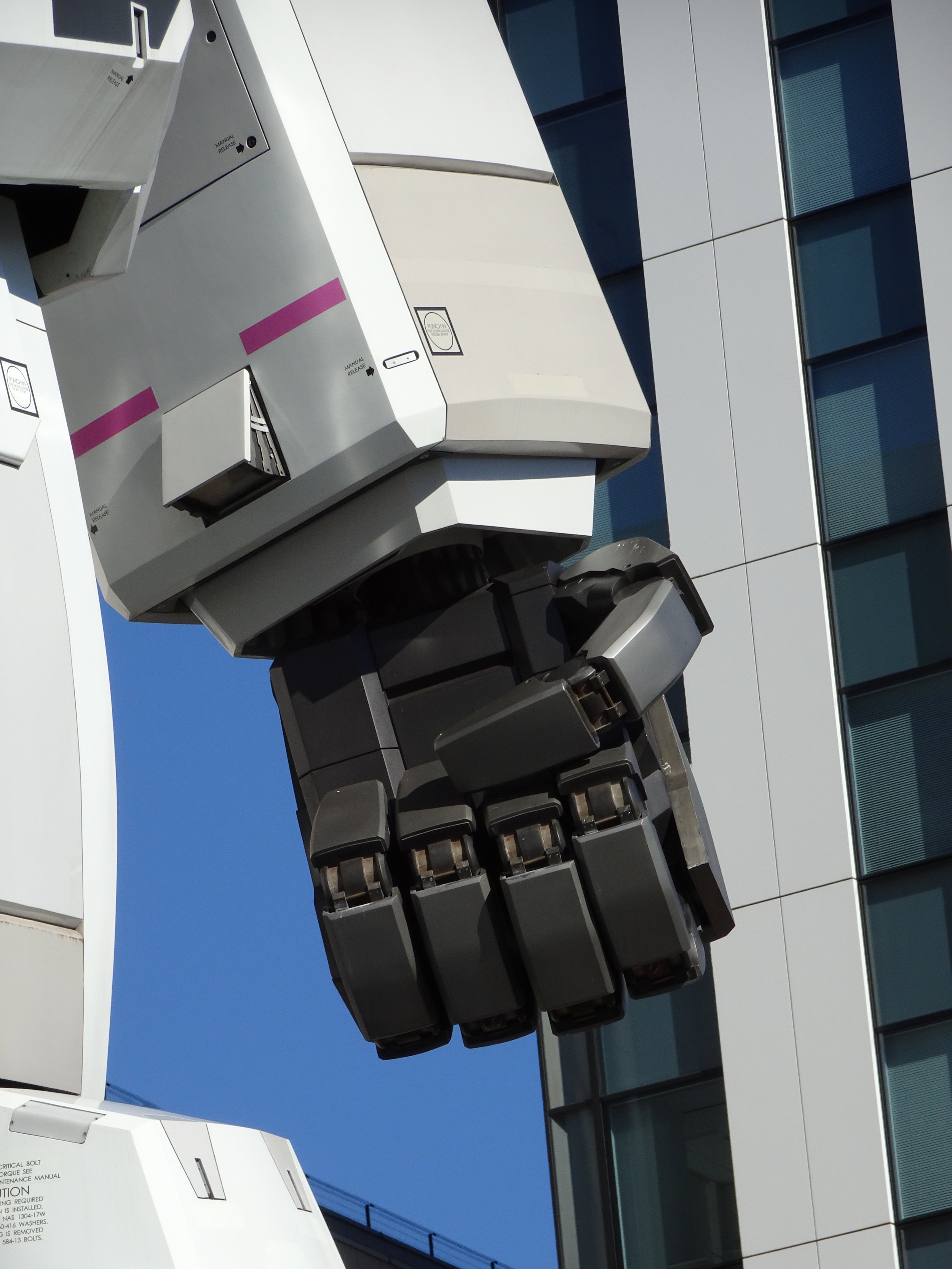 RX-78-2 Gundam 1-1 Statue - 018.jpg