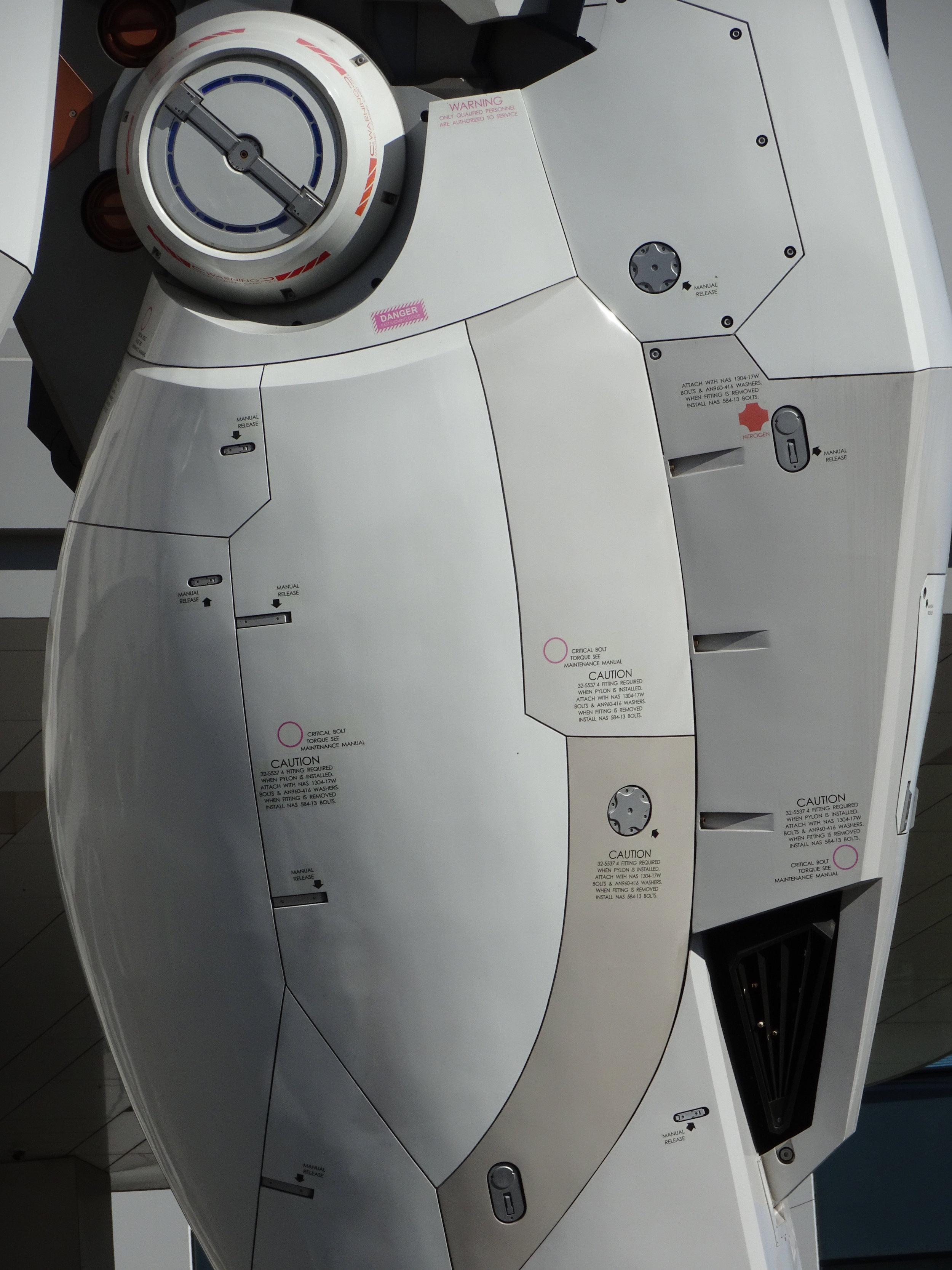 RX-78-2 Gundam 1-1 Statue - 023.jpg